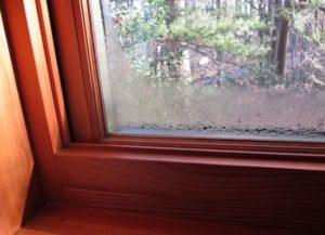 Запотевшее деревянное окно