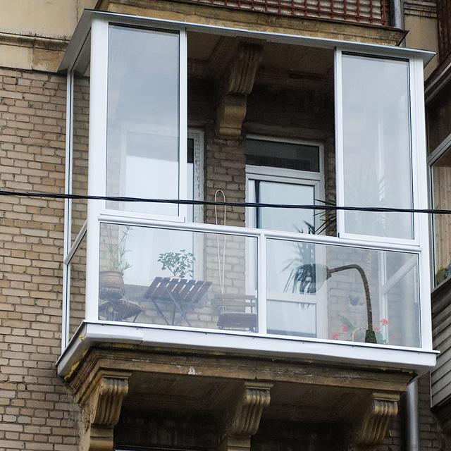 Французское остекление балкона от пола до потолка алюминиевы.
