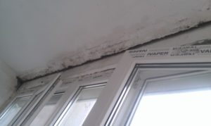 Щели на потолке на балконе